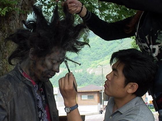 신정원 감독의 '시실리 2km'를 촬영할 때 모습. 오창렬(오른쪽)씨가 배우 권오중(왼쪽)씨에게 분장을 해주고 있다. [사진 오창렬]