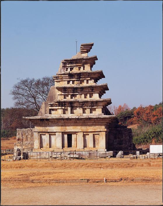 해체되기 전의 미륵사지 석탑 모습. 동쪽 측면. [사진 문화재청]