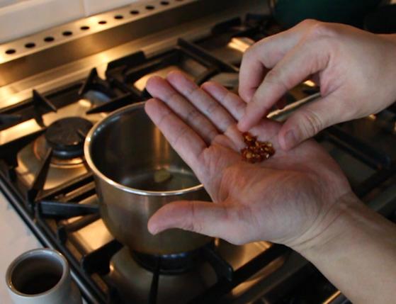 냄비에 올리브 오일을 두르고 으깬 마늘과 페퍼론치노를 부셔 넣어 향이 올라올때까지 볶는다.