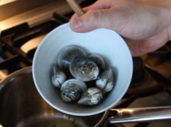 모시조개는 해감해 물에 헹궈 준비한다.