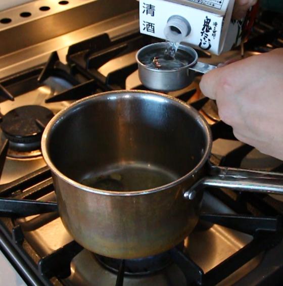 청주 한 컵을 넣어 볶다가 뚜껑을 덮고 익힌다.