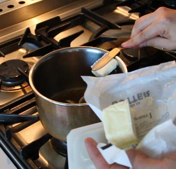 조개가 입을 벌리면 버터 한 스푼을 넣고 간장으로 간한다.