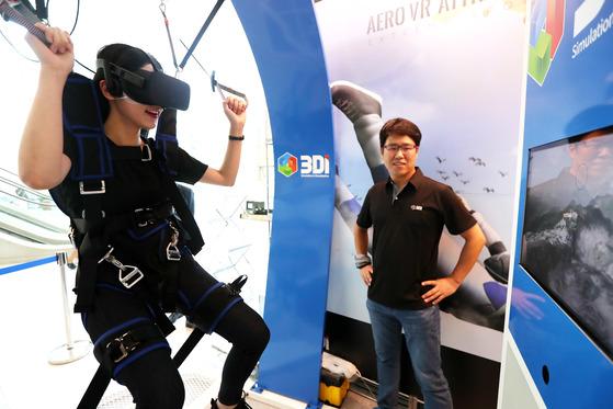 (주)쓰리디아이 관계자가 비행역학 시뮬레이션을 기반으로 하는 VR체험을 선보이고 있다. 장진영 기자