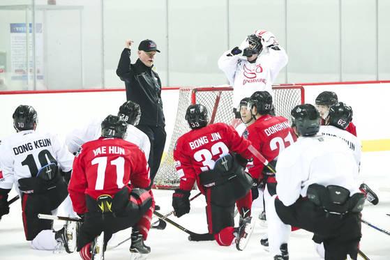 아이스하키 대명 킬러웨일즈 케빈 콘스탄틴 감독이 27일 오전 인천 연수구 인천선학국제빙상경기장에서 선수들을 훈련시키고 있다. 콘스탄틴은 국내 최초 NHL(북미아이스하키리그) 감독 출신이다. 김경록 기자 / 20170627