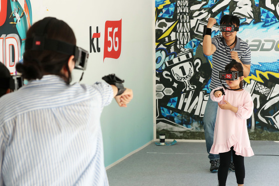 '코리아 VR 페스티벌 2017'을 찾은 가족들이 VR 기기를 이용한 게임을 즐기고 있다. 장진영 기자