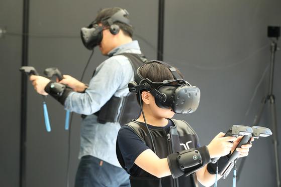 17일 오전 '코리아 VR 페스티벌 2017'을 찾은 가족이 VR을 이용한 게임을 하고 있다. 장진영 기자