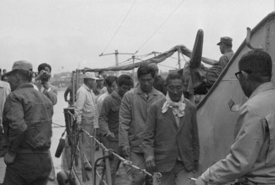 권위주의 정권 시절 납북 어부는 손쉬운 용공조작의 먹잇감이 되곤 했다. 1970년대 북한에 억류됐다가 풀려나 돌아온 납북어부들. [중앙포토]
