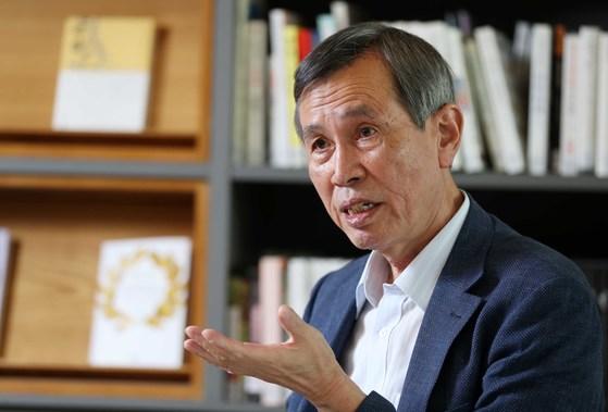 열네 번째 시집『하동』을 출간한 이시영 시인. 여운이 긴 산문시와 짧은 시 80여 편을 담았다. 김상선 기자