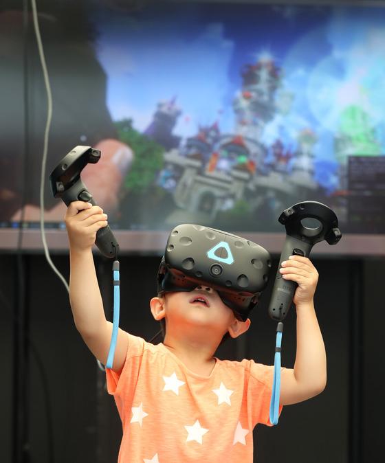'KOREA VR FESTIVAL2017'이 20일까지 서울 마포구 누리꿈스퀘어일대에서 열린다. 가상증강현실로 여는 4차산업혁명의 미래를 주제로 한 이번 행사는 전시회, 국제컨퍼런스, 기술세미나, 투자유치 등의 내용으로 진행된다. 장진영 기자