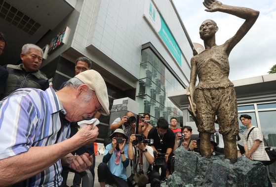 지난 8월12일 서울 용산역 광장에서 열린 '강제징용 노동자상 제막식'에서 강제징용 피해자인 김한수(99) 할아버지가 눈물을 흘리고 있다. [사진 연합뉴스]