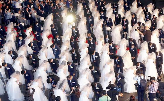 지난 2015년 북한이탈주민 100쌍이 서울 올림픽공원서 합동 결혼식을 올리는 모습. [중앙포토]
