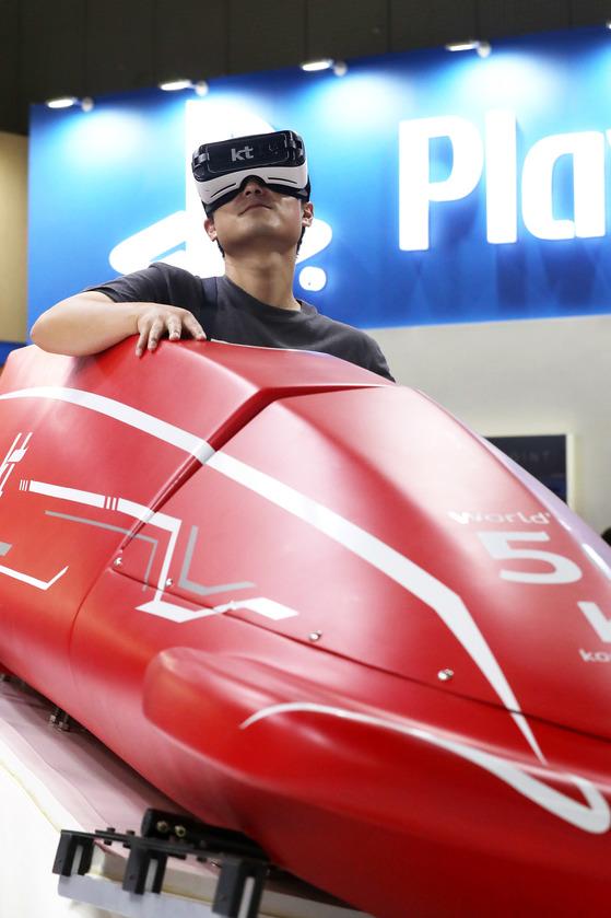 17일 오전 서울 마포구 누리꿈스퀘어에서 진행되는 '코리아 VR 페스티벌 2017'을 찾은 관람객이 평창동계올림픽 관련 종목 체험을 하고 있다. 장진영 기자