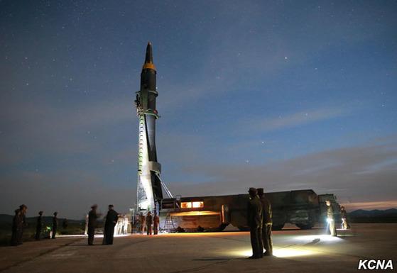북한이 지난 15일 평양 순안공항 활주로 인근에서 중거리탄도미사일(IRBM)을 쏘기 위해 준비하고 있다. 이날은 이동식 발사대(TEL)에서 곧바로 쐈다. [사진=조선중앙통신]