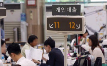 8월 가계의 은행 기타 대출이 3조4000억원 늘어나며 증가폭으로 사상 최대치를 기록했다. 사진은 지난달 서울시내 한 은행에서 대출 상담을 받고 있는 시민들의 모습. [연합뉴스]