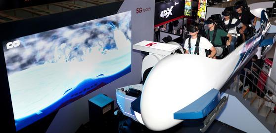 17일 오전 서울마포구 상암동 누리꿈스퀘어에서 진행되는 '코리아 VR 페스티벌 2017'을 찾은 관람객들이 봅슬레이 탑승 체험을 하고 있다. 장진영 기자