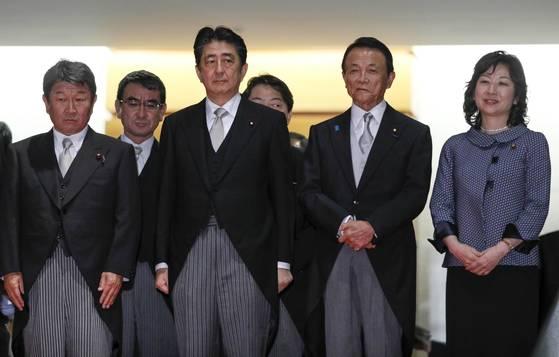 아베 신조 총리(왼쪽에서 세 번쨰)가 지지율 하락으로 지난달 3일 개각을 단행하고 새 내각 구성원들과 기념사진을 찍고 있다. [도쿄 EPA=연합뉴스]