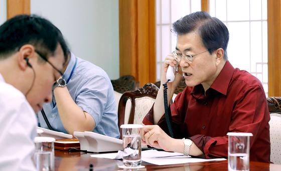 문재인 대통령이 17일 오전 청와대에서 도널드 트럼프 미국 대통령과 통화하고 있다. 사진제공 청와대