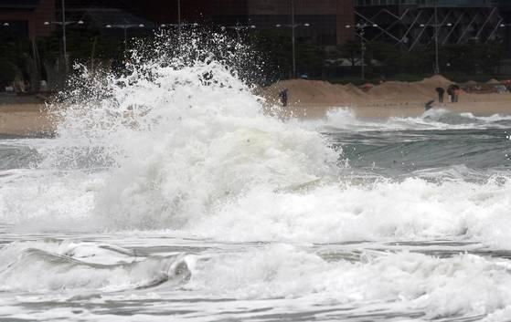 17일 제18호 태풍 '탈림' 영향으로 높은 파도가 부산 해운대해수욕장 해변으로 몰아치고 있다.[연합뉴스]