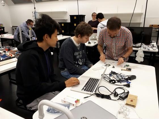 핀란드 에스푸시의 뽀요이스 타피올란 고등학교 실험실에서 고등학생들이 코딩 교육을 받고 있다. 이날 학생들은 스마트폰으로 원격 조종할 수 있는 카메라를 제작했다. [김도년 기자]