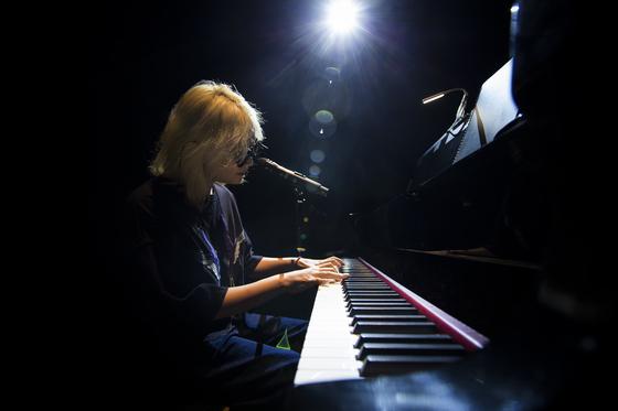 피아노를 치며 '없었다'를 부르고 있는 이규호. 그는 이날 공연 첫 타자로 나섰다. [사진 푸른곰팡이]