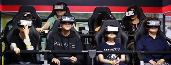 '코리아 VR 페스티벌 2017'을 찾은 관람객들이 4D영화 체험을 하고 있다. 장진영 기자