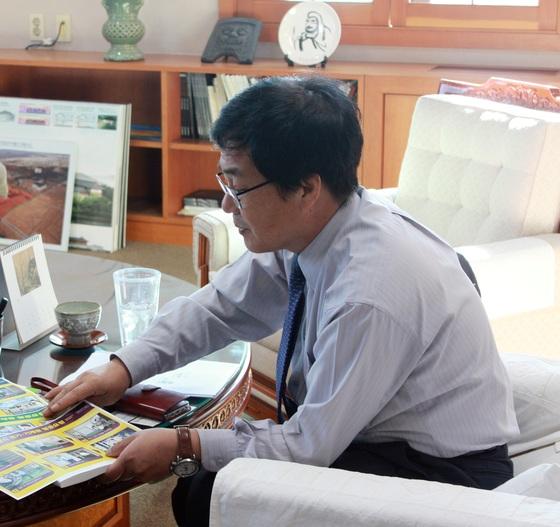 유병하 국립경주박물관장이 지난 14일 인터뷰 자리에서 지진 대응 행동요령 매뉴얼을 설명하고 있다. [사진 국립경주박물관]
