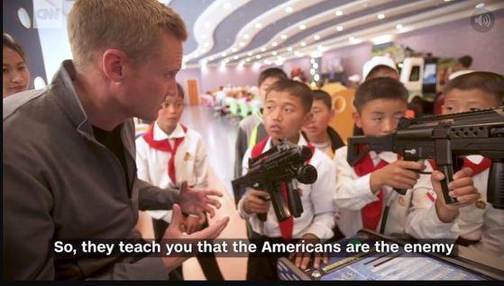 총싸움 비디오게임을 하는 북한 소년들을 취재하는 CNN기자. [CNN캡쳐]