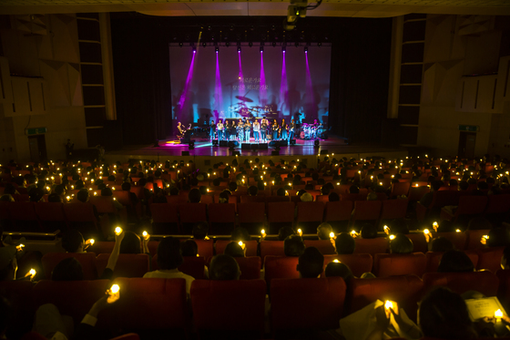 관객들이 LED 캔들라이트를 들고 앙코르곡 '행복한 사람'을 따라 부르고 있다. [사진 푸른곰팡이]