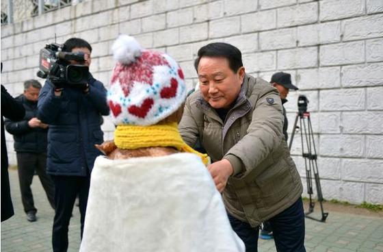 박삼석 부산동구청장이 일본영사관 앞에 건립된 소녀상에 목도리를 둘러주고 있다. [사진 부산 동구청]