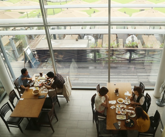 더 리스는 복층 구조의 레스토랑이다. 가장 전망 좋은 자리에 앉고 싶다면 2층 44번 자리를 요구할 것!