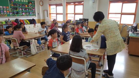 3학년 2반에서는 포메라니안'하니'의 심장 박동 소리를 들어보는 수업을 하고 있다. '두근두근' 하며 하니가 나오길 기다리는 학생들. 최은경 기자