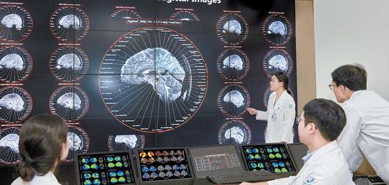 인공지능(AI)은 방대한 의료 데이터를 분석해 의료진의 진단을 돕는다. 가천대 길병원은 치매·파킨슨병 같은 퇴행성 뇌 질환의 진단·치료에 AI를 접목한 정밀의료 플랫폼 개발에 나섰다. 조상희 기자