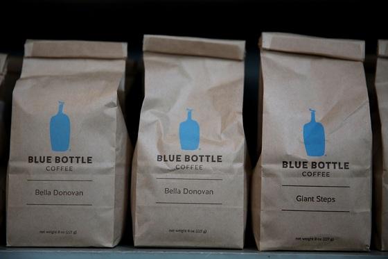미국 샌프란시스코에 있는 블루 보틀 커피 매장에 커피 원두가 진열돼 있다. 푸른 병 모양의 간결한 로고가 블루 보틀 커피의 상징이다. [샌프란시스코 AFP=연합뉴스]
