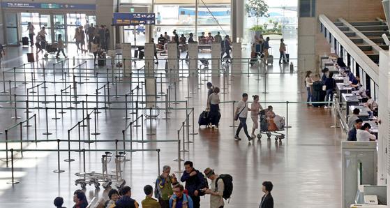 한국을 찾는 중국 관광객이 급감했다. 지난 14일 인천국제공항의 중국 항공사 카운터가 한산하다. [뉴시스]