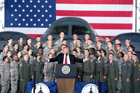 도널드 트럼프 미국 대통령(가운데)이 15일 앤드루스 공군기지를 방문해 B-2 스텔스 폭격기와 조종사들을 배경으로 연설하고 있다. [워싱턴 EPA=연합뉴스]
