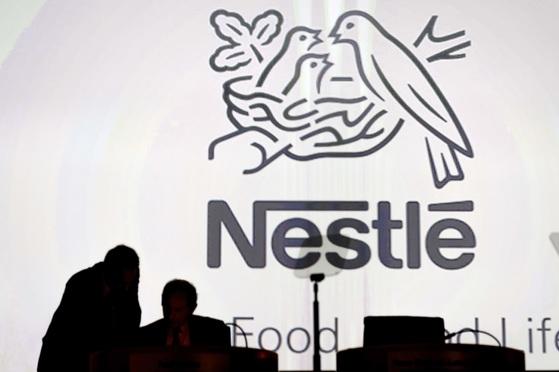 스위스 로잔에 본사를 두고 있는 다국적 식음료 회사 네슬레가 지난 14일(현지시간) 미국 고급 커피 브랜드 블루 보틀을 인수했다고 발표했다. 앞서 지난 7일에는 채식주의 식품업체 스윗 어스 푸드를 사들이기도 했다. [로잔 AP=연합뉴스]