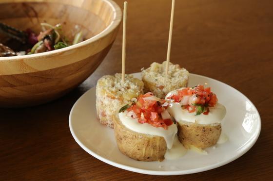 찬으로 곁들여지는 남미식 옥수수와 감자구이.