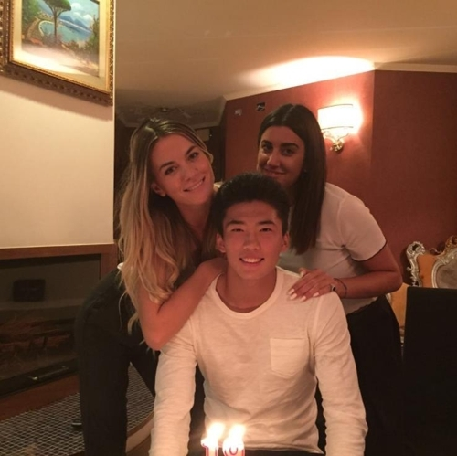 최근 인스타그램에 친구들과 함께 한 생일파티 사진을 올린 한광성(가운데). [한광성 인스타그램]
