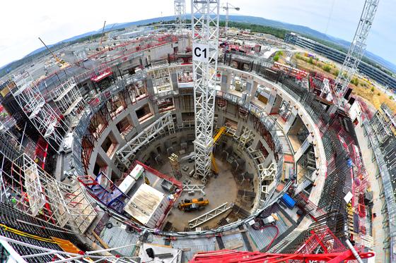 프랑스 남부지방 소도시 카다라슈에 건설 중인 국제핵융합실험로(ITER).ITER는 축구장 60개 규모의 60만㎡ 부지에 짓고 있다. 현재 공정률은 45%. [사진 ITER 국제기구]