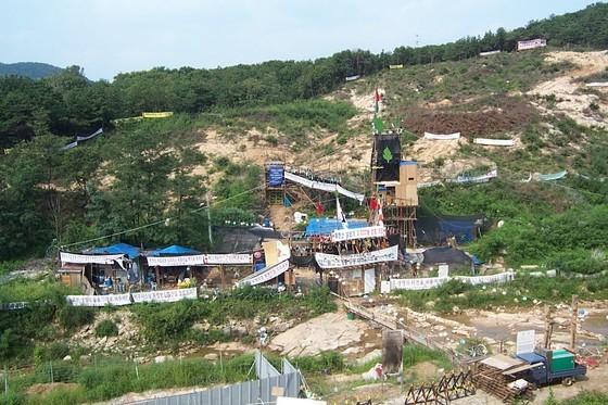 2003년 환경단체·불교계의 반발로 중단된 사패산 터널 공사 현장. 공사를 반대하는 플래카드가 곳곳에 붙어 있다. 사패산터널 반대 시위건물. <중앙포토>