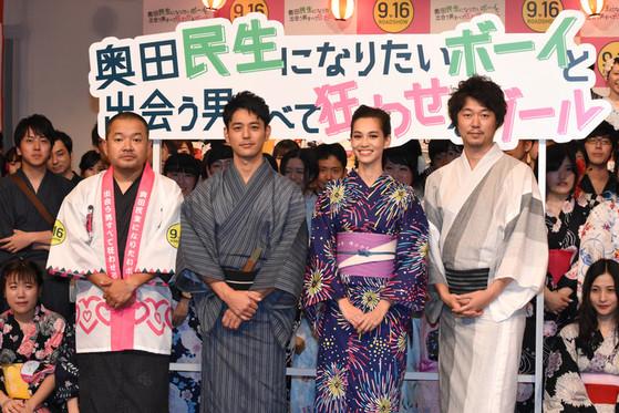 츠마부키 사토시(왼쪽에서 둘째)와 함께 주연한 영화 '오쿠다 타미오가 되고 싶은 보이와 만나는 남자 모두를 미치게 하는 걸' 시사회에 참석한 미즈하라 키코와 출연자들. [미즈하라 트위터]