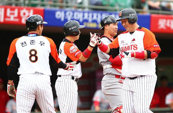 4위 롯데가 간판타자 이대호의 활약을 앞세워 3위 NC를 맹추격하고 있다. 17일 부산 SK전에서 결승 3점 홈런을 때린 이대호(오른쪽). [사진 롯데 자이언츠]