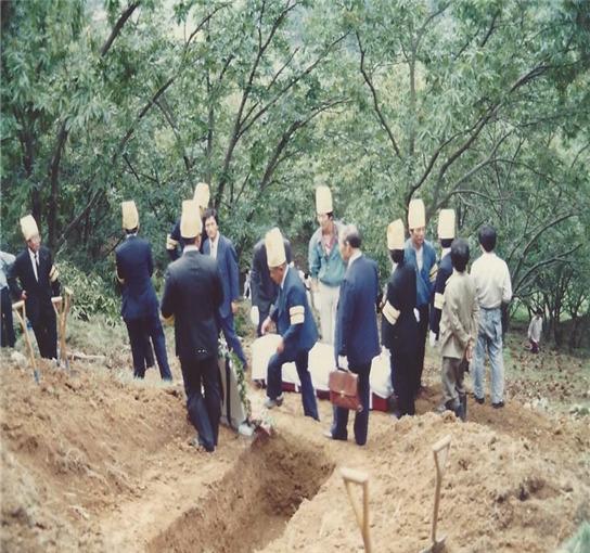 손문권 이일성로원대표와 직원들이 무연고 어르신의 장례를 치르고 있다. 손 대표는 1960년부터가족 없이 숨진어르신 920여명의 장례를 직접 치렀고, 200여기의 묘지 벌초를 해왔다 . [사진 이일성로원·보건복지부]