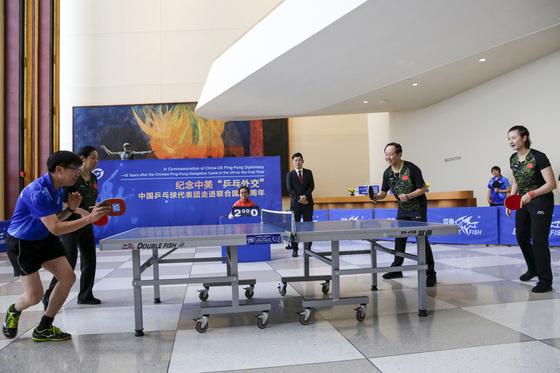 미·중간 외교 정상화를 가져온 핑퐁 외교 45주년을 기념하는 행사가 15일(현지시간) 뉴욕 유엔본부에서 열렸다. 왕자루이(王家瑞·사진 오른쪽 두번째) 정협 부주석이 친선 탁구 경기를 하고 있다. [사진=신화]