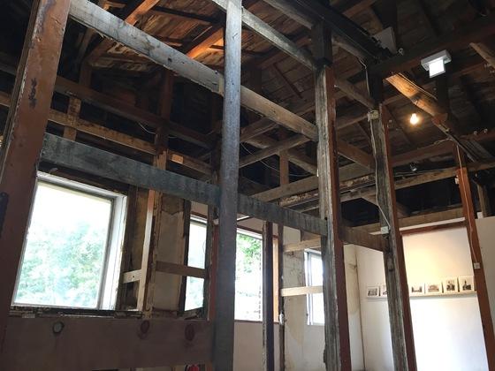 방 안은 건물을 지탱하고 있는 골조만 남기고 벽을 철거해 공간을 틔워 전시장으로 쓴다.