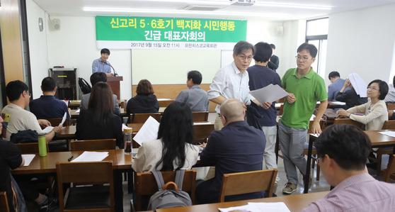 .신고리 5,6호기 백지화시민행동 회원들이 9월 15일 서울 정동 프란치스코 회관에서 긴급 회의를 갖고 있다.김춘식 기자
