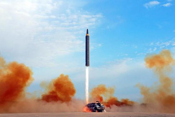 북한 조선중앙통신은 지난 16일 중장거리탄도미사일(IRBM) '화성-12형'의 발사 장면 사진을 공개했다. 화성-12형 탄도미사일이 지상 거치대가 아닌 이동식 발사 차량에서 발사되고 있다.[조선중앙통신=연합뉴스]