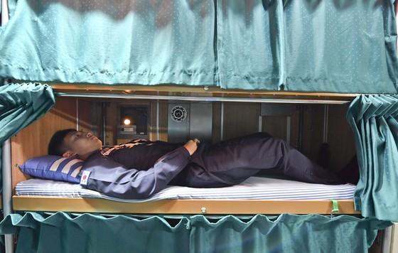 잠수함 승조원이 침대(길이 180㎝, 폭 75㎝, 높이 50㎝)에 누워 휴식을 취하고 있다. 승조원 수에 비해 침대 개수가 부족해 3명이서 2개의 침대를 교대로 쓰고 있다. [사진 해군]
