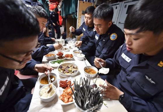 잠수함이 승조원들이 식탁에 둘러앉아 식사를 하고 있다. [사진 해군]