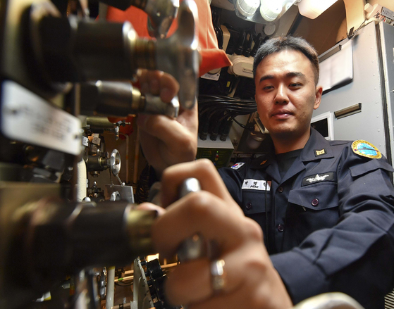 조종실에서 출항 준비를 위해 밸브 설정상태를 점검 중에 있다. 출항 전 밸브 설정상태 점검은 잠수함의 안전을 위한 필수 조건이다. [사진 해군]